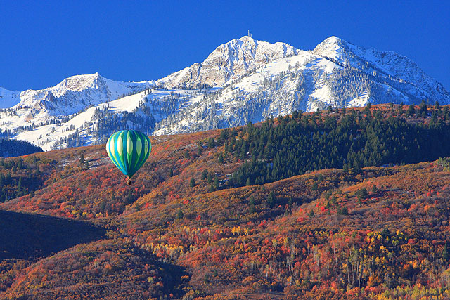 Airballoon in the mountains